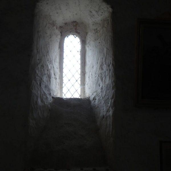 Raampje middeleeuws kerkje Lucy sur Cure